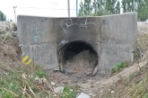 Destruyen caño de PVC de un Puente