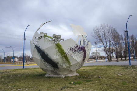 Por SEGUNDA VEZ ENSUCIAN el MONUMENTO de la Rotonda de la Calle Rosario de Santa Fé